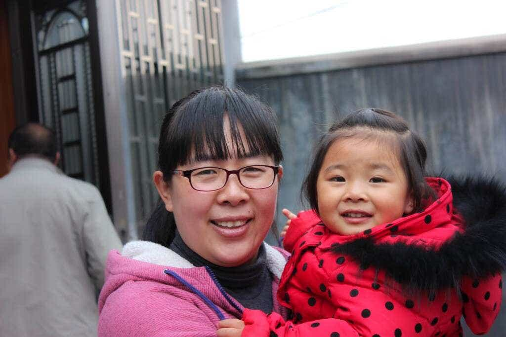 Laoshan tea farmer QingQing He and her daughter Niu Niu