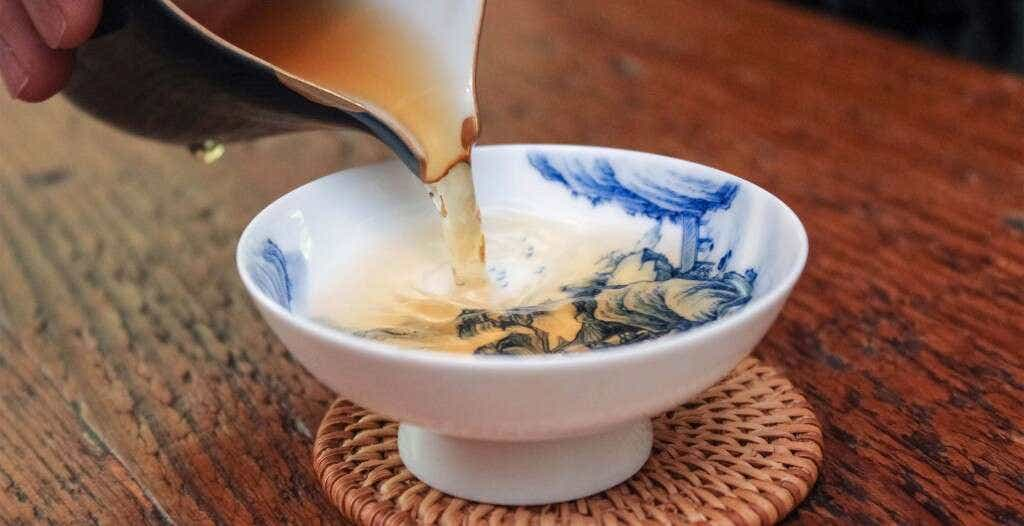 pouring a cup of Medium Roast Rou Gui