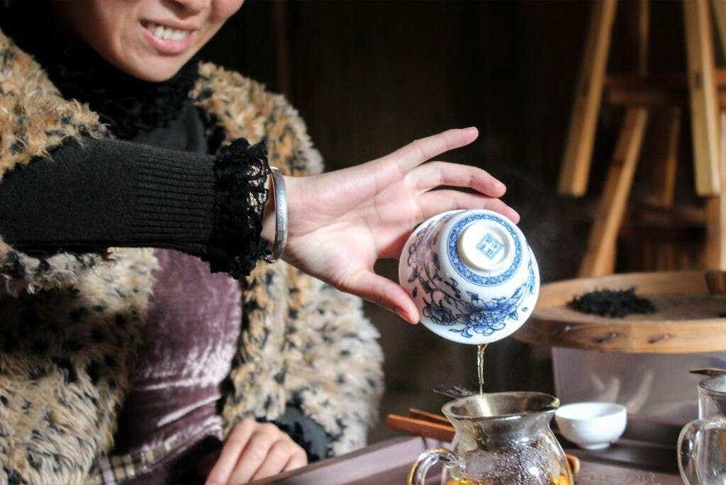Li Xiangxi brews her Zheng Shan Xiao Zhong