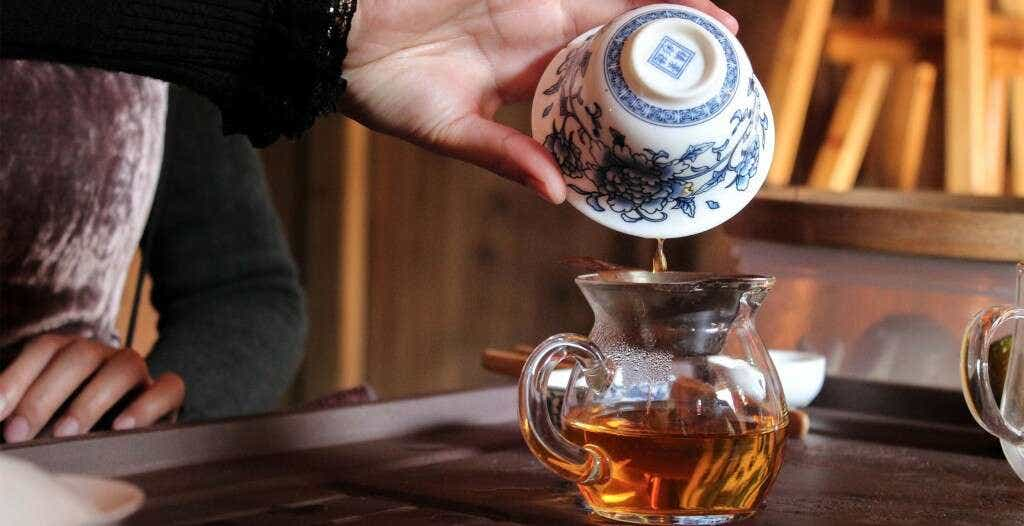 Li Xiangxi brews her golden Tongmu Reserve Jin Jun Mei in a gaiwan