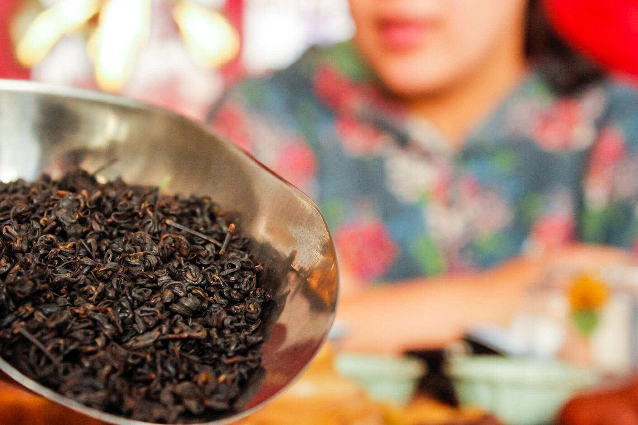 He Qingqing with her family's Laoshan Roasted Oolong