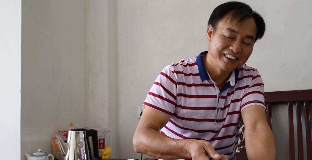 Master Zhang brews Tieguanyin in his home in Daping