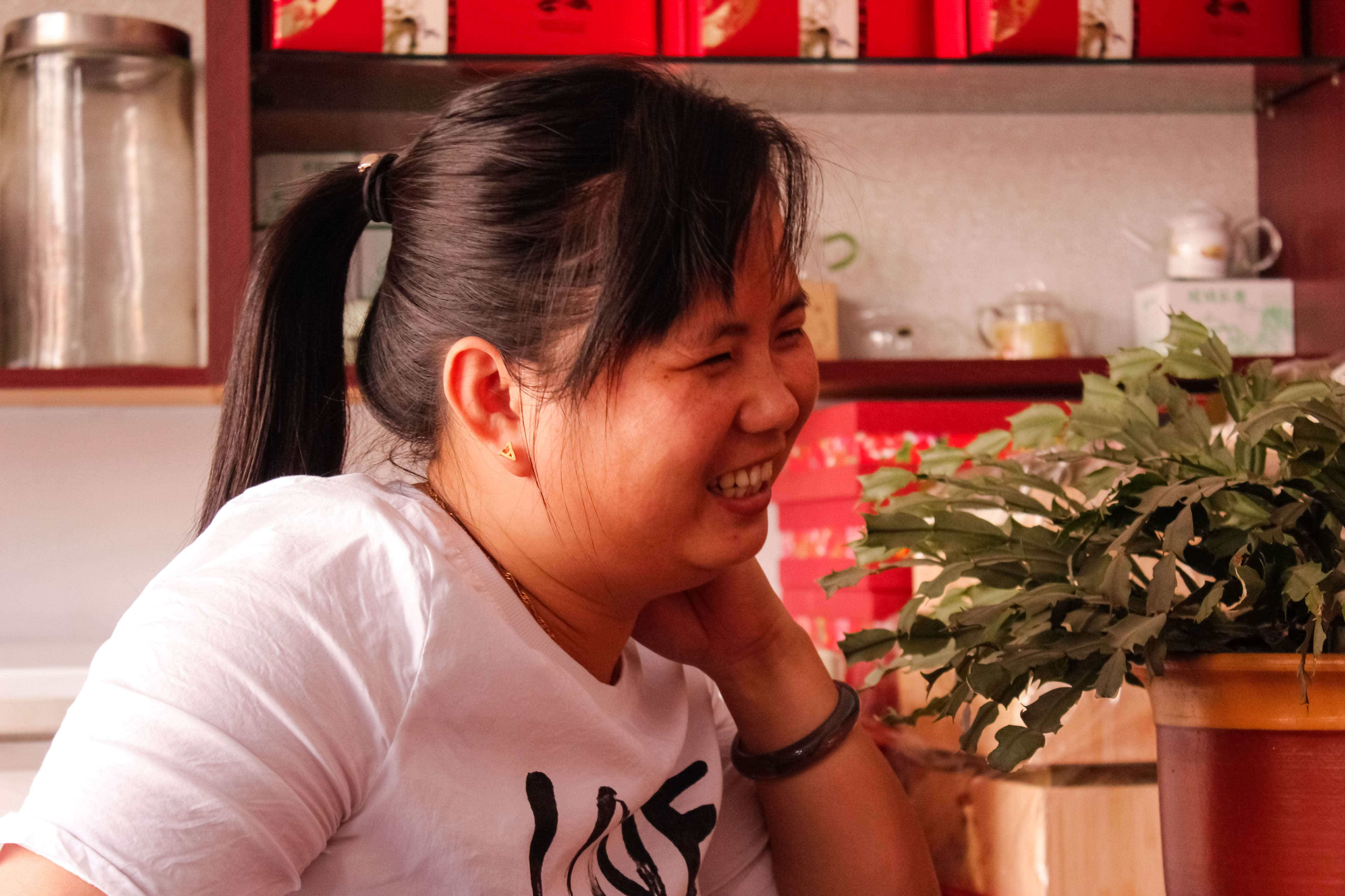 Ms. Liu visits her friend and neighbor, He Qingqing, at the tea market where they both have shops