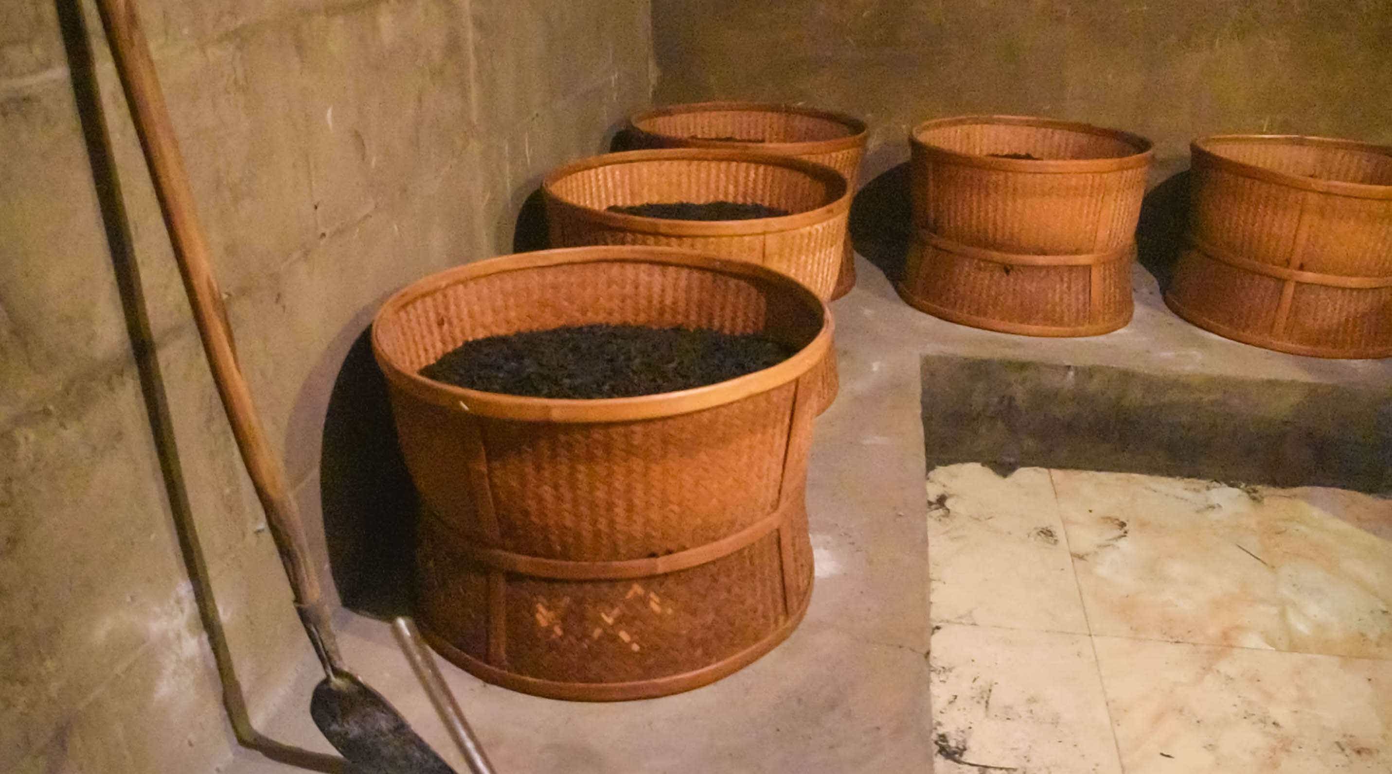 traditionally firing Wuyi oolong tea
